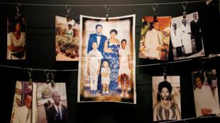 Des photos de victimes données par les survivants du génocide sont exposées au Mémorial du génocide de Kigali.