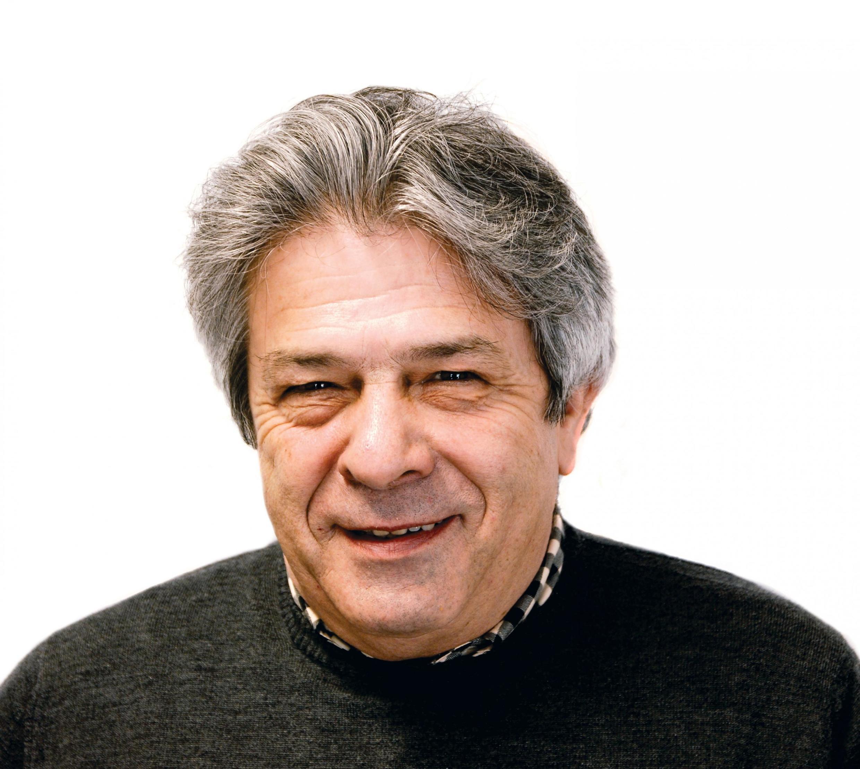 O cartunista português António.