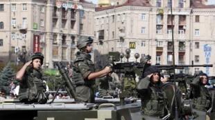 Украинские солдаты на параде по случаю дня Независимости на Крещатике в Киеве