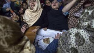 La mère de Mohammed Ali Khan, 15 ans, pleure la mort de son fils, tué dans une attaque particulièrement sauvage des talibans pakistanais, le 16 décembre 2014, à Peshawar.
