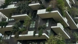 نمایی از معماری سبز در شهر میلان در ایتالیا- برای شنیدن توضیحات شیرین زیرک، مهندس معمار ایرانی-فرانسوی بر روی تصویر کلیک کنید.