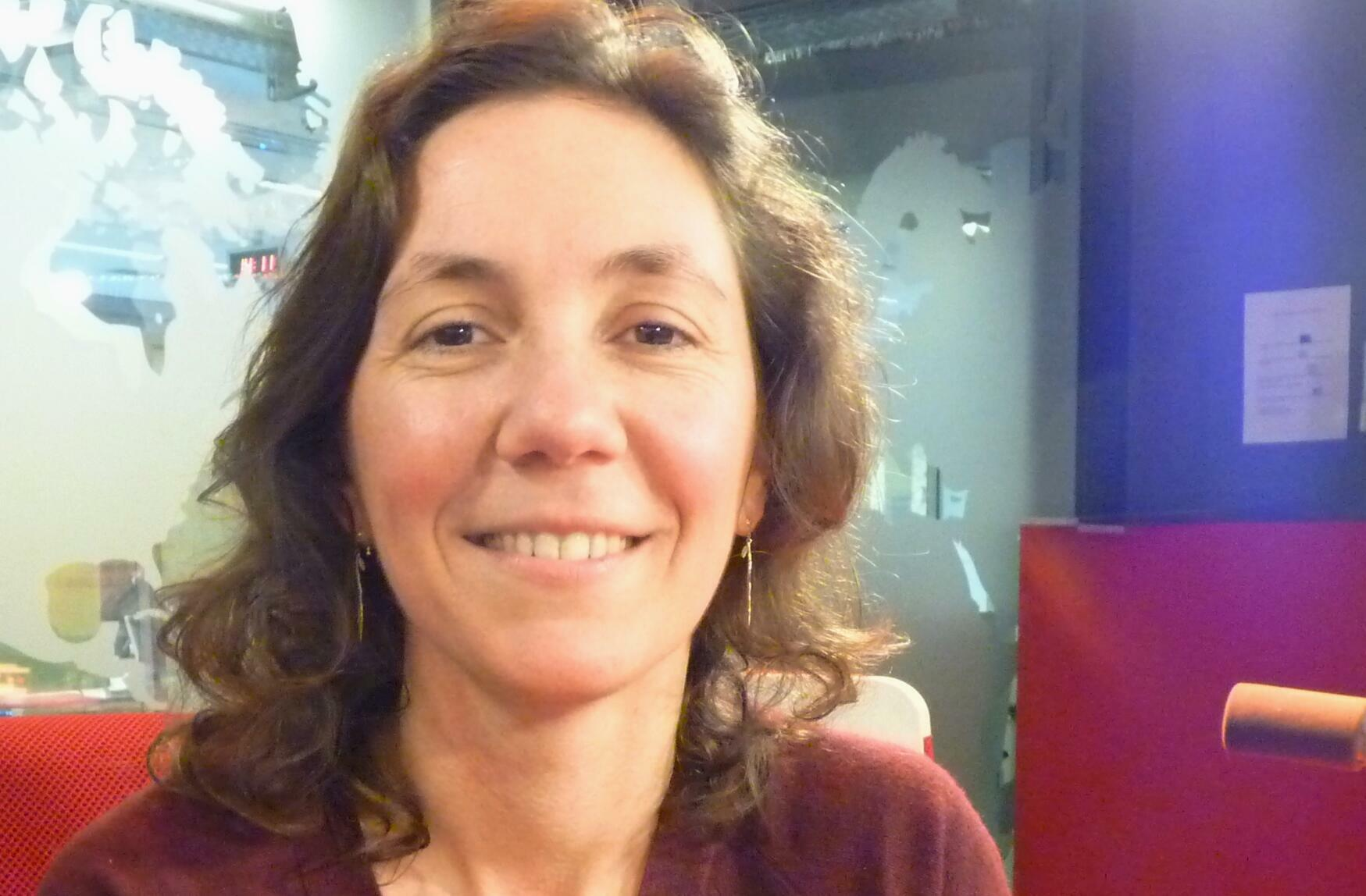 La artista franco-argentina Juliette Schwartz en los estudios de RFI.