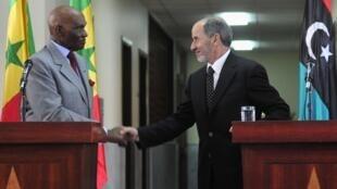 Le président Abdoulaye Wade (g) et le président du CNT, Moustapha Abdeljalil, lors d'une conférence de presse, jeudi 9 juin 2011, à Benghazi.