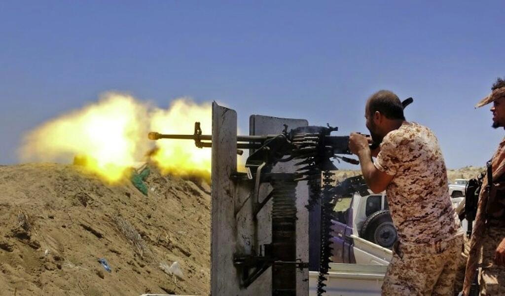 Des combattants séparatistes du sud du Yémen visent des forces pro-gouvernementales, dans la province d'Abyane, le 11 mai 2020.