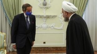 Picha iliyotolewa na ikulu ya rais ya Iran Agosti 26, 2020 ya rais wa nchi hiyo Hassan Rouhani (kulia) akimkaribisha Mkurugenzi wa IAEA Rafael Mariano huko Tehran.