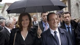 Bà Valérie Trierweiler bên cạnh Tổng thống François Hollande trong dịp tham gia lễ tưởng niệm các nạn nhân quốc xã ở Tulle, Pháp ngày 09/06/2012.
