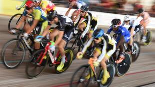 Les cyclistes participent au Championnat national français de cyclisme sur piste, le 17 août 2017, au Vélodrome d'Hyères, dans le sud de la France.