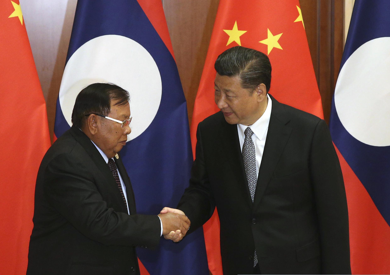Ảnh tư liệu: Chủ tich Trung Quốc Tập Cận Bình (P) tiếp đồng nhiệm Lào Bounnhang Vorachith, tại Bắc Kinh, ngày 16/05/2017