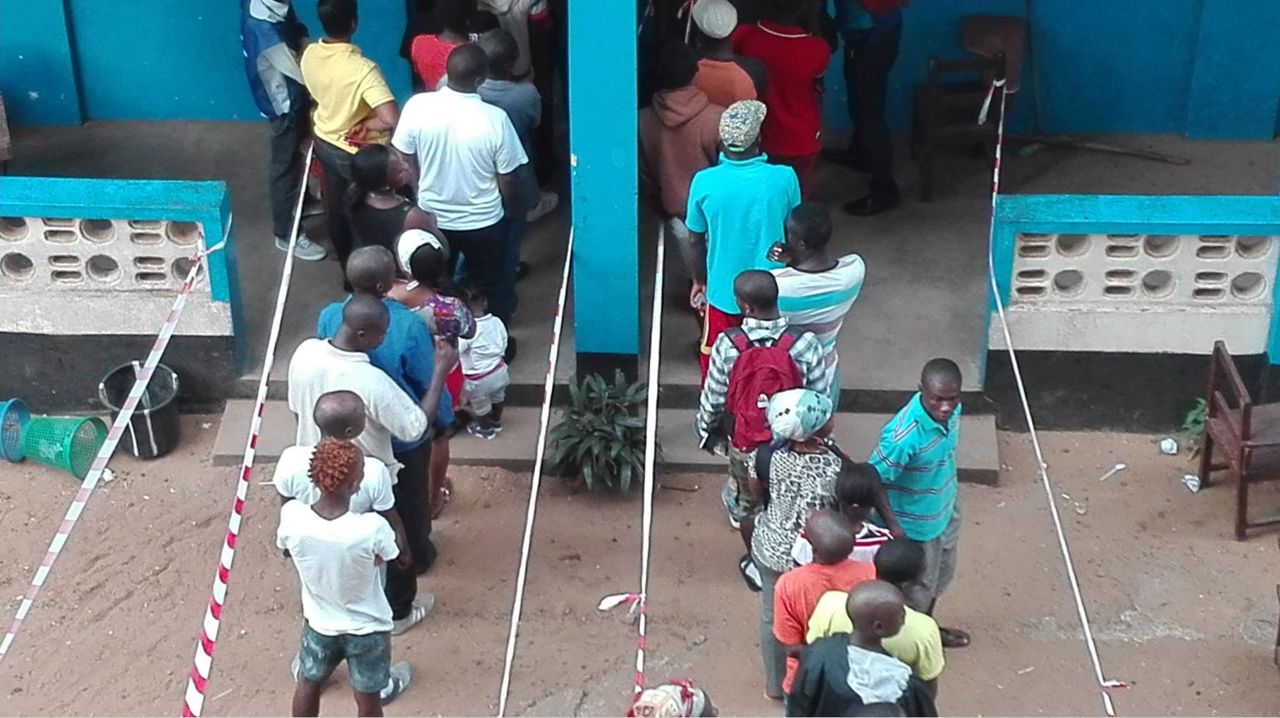 Des Libériens faisant la queue devant un bureau de vote.