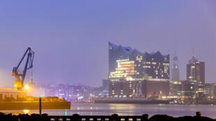 Vue de la philharmonie de l'Elbe à Hambourg dont la grande salle sera inaugurée le 11 janvier 2017 avec un concert de l'Orchestre du NDR.