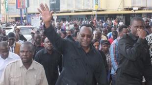 Kiongozi wa chama kikuu cha upinzani nchini Tanzania, Freeman Mbowe anayepunga mkono.