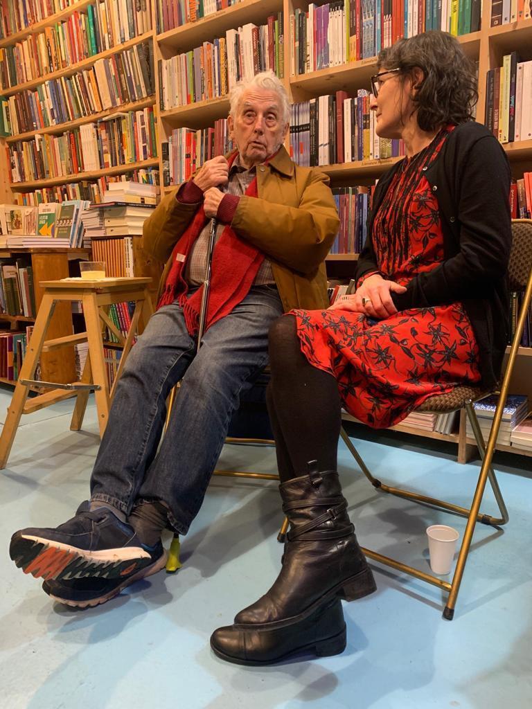 """O escritor Gilles Lapouge no lançamento do livro """"Les Brésiliens à Paris"""", em dezembro de 2010, ao lado da jornalista Adriana Brandão, Ele foi o autor do prefácio da obra."""