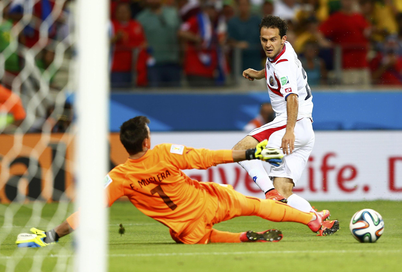 El costarricense Marco Ureña inscribe el tercer gol frente a Fernando Muslera .