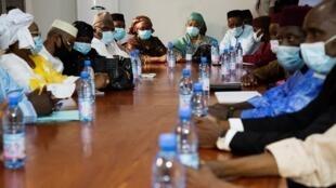 Un délégation du M5-RFP attend dans une salle de réunion du quartier général de la junte, le 26 août 2020. (Illustration)