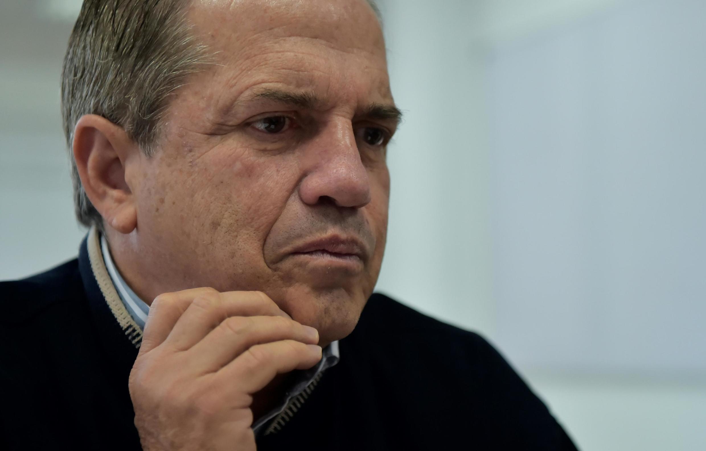 El ex-canciller Ricardo Patiño, hombre de confianza de Rafael Correa, abandonó Ecuador este miércoles, acusado de instigación contra el gobierno actual, delito por el que podía enfrentar hasta 2 años de prisión.