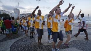 Des jeunes pélerins dansent et chantent sur la plage de Copacabana.