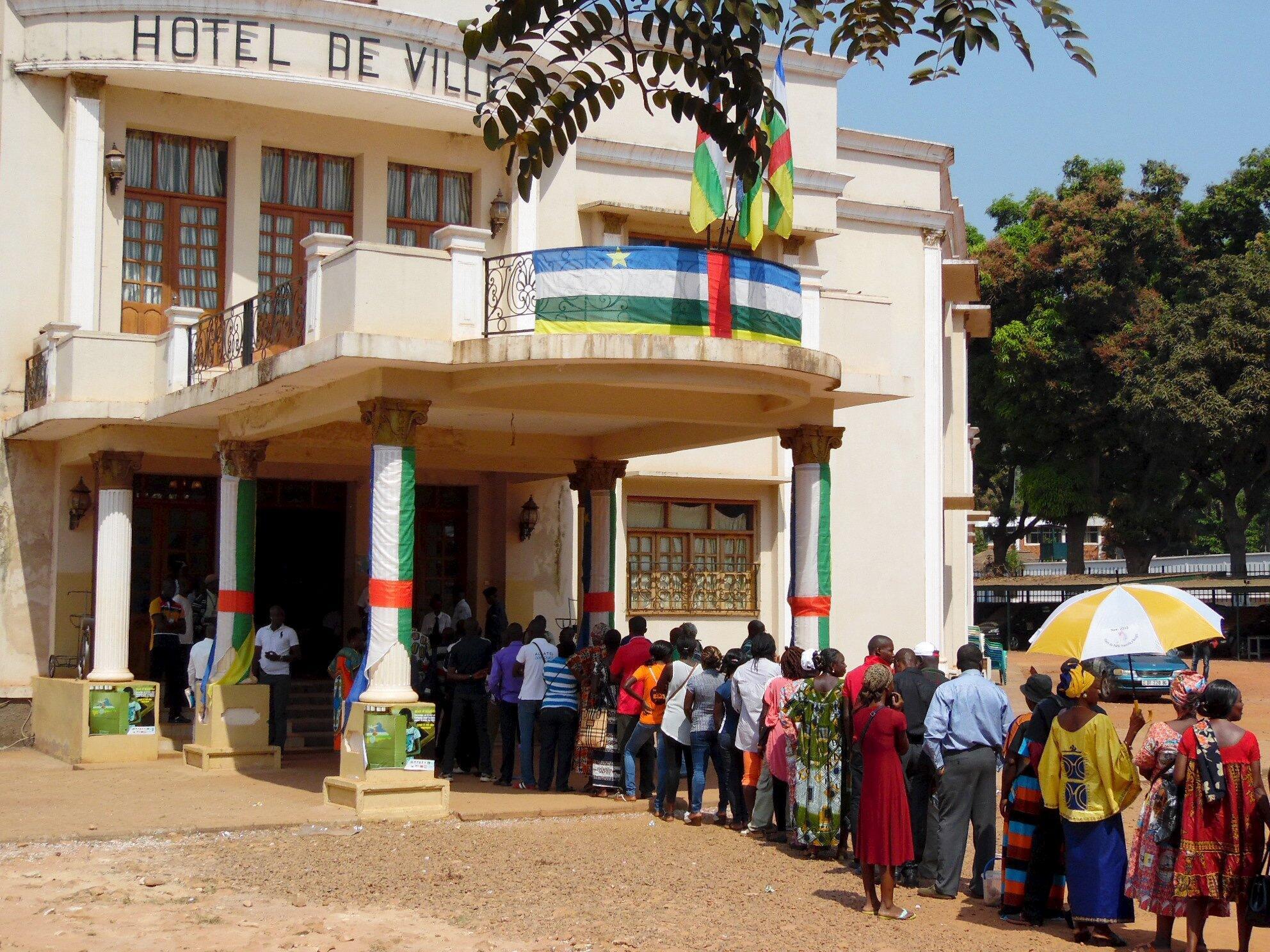 Des électeurs font la queue devant un bureau de vote à l'Hôtel de Ville de Bangui, le 30 décembre 2015.