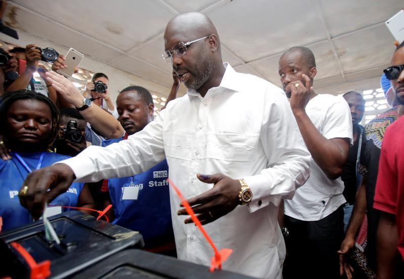 George Weah,mgombea wa chama cha CDC akipiga kura katika moja ya vituo vya kupigia kura vya Monrovia, Liberia, Oktoba 10, 2017.