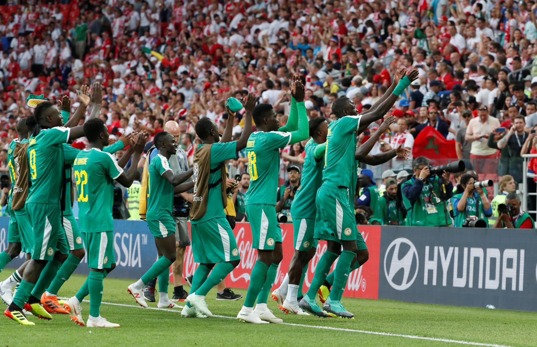 Les Sénégalais vont saluer leurs supporters après leur victoire 2-1 face à la Pologne, ce 19 juin à Moscou, dans le groupe H de la Coupe du monde 2018.