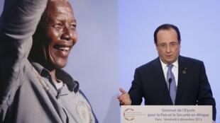 Devant un portrait géant de Nelson Mandela, François Hollande prononce son message d'ouverture du sommet de l'Elysée, le 6 décembre 2013.