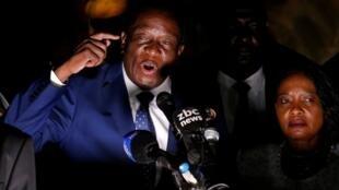 Antigo Vice-Presidente do Zimbabué, Emmerson Mnangagwa, vai suceder a Robert Mugabe como Presidente, e dirige-se aos seus simpatizantes em Harare.