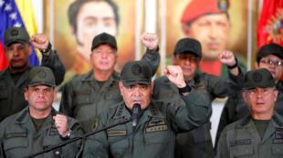 O ministro da Defesa da Venezuela, Vladimir Padrino Lopez, à frente e ao centro, durante coletiva de imprensa em Caracas, em 19 de fevereiro de 2019.