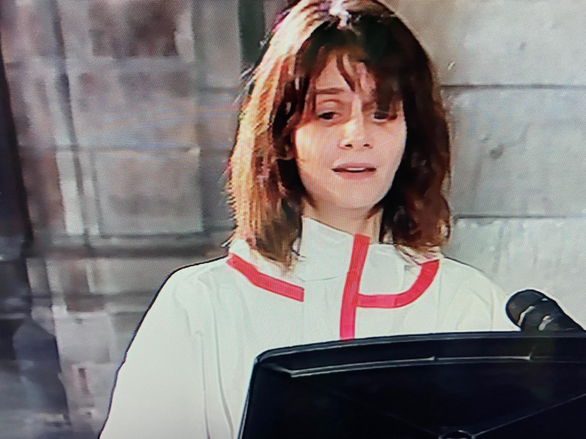 Актриса Жюдит Шемла исполняет Ave Maria в соборе Парижской Богоматери, 10 апреля 2020 г.