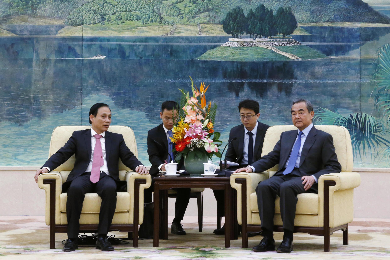 Ảnh minh họa: Thứ trưởng Ngoại Giao Việt Nam Lê Hoài Trung (T) tiếp xúc với ngoại trưởng Trung Quốc Vương Nghị tại Bắc Kinh (Trung Quốc) ngày 27/11/2020.