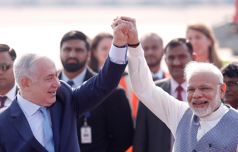 Benyamin Netanyahu é recepcionado por Narendra Modi em Nova Délhi.