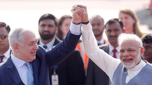 Israeli Prime Minister Benyamin Netanyahu (left) was welcomed by his Indian counterpart Narendra Modi (droite) at the start of a six-day visit in in New Delhi, 14 January 2018..