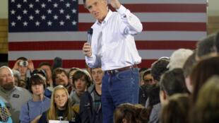 El ex gobernador de Massachussets Mitt Romney hace campaña en Clive, Iowa, el 2 de enero de 2012.