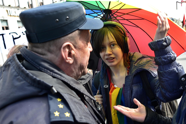 Полиция задерживает ЛГБТ-активистов в Санкт-Петербурге, 1 мая 2017 г.