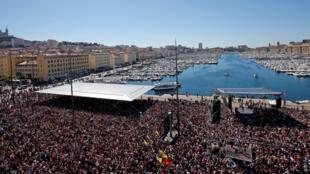 Comício do candidato da França Insubmissa, Jean-Luc Mélenchon, reuniu cerca de 70 mil franceses em Marselha neste domingo (9), no sul do país.