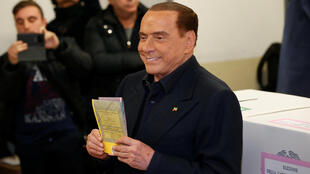 Cựu thủ tướng Ý Silvio Berlusconi, hiện lãnh đạo đảng cánh hữu Forza Italia, bỏ phiếu tại Milano ngày 04/03/2018.