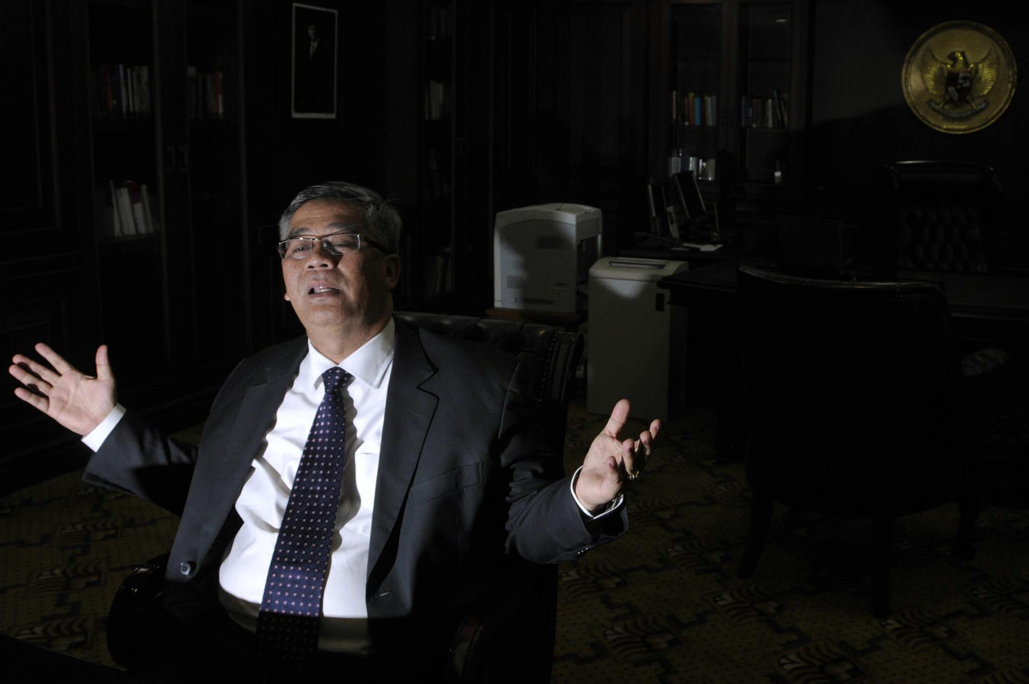 Chủ tịch Tòa Bảo hiến Indonesia Akil Mochtar trong một cuộc phỏng vấn tại văn phòng của ông ở Jakarta  hôm 11/4/2013.
