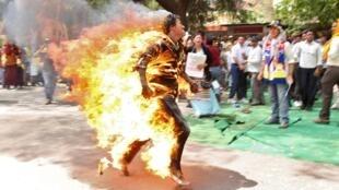 一名流亡印度的西藏人在新德里举行的抗议胡锦涛来访示威活动中自焚 2012年3月26日