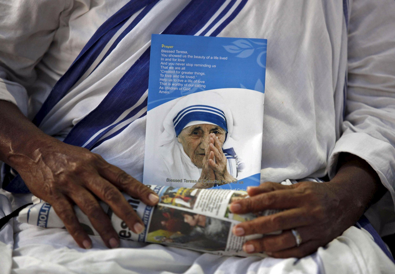 Một nữ tu dòng Thừa sai Bác ái cầu nguyện nhân ngày giỗ Mẹ Teresa tại Ấn Độ. Ảnh tư liệu ngày 05/09/2010.