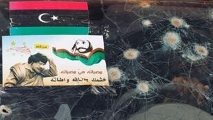利比亞米蘇拉塔東郊反對派軍隊彈痕累累的汽車和反卡紮菲海報2011年5月25日