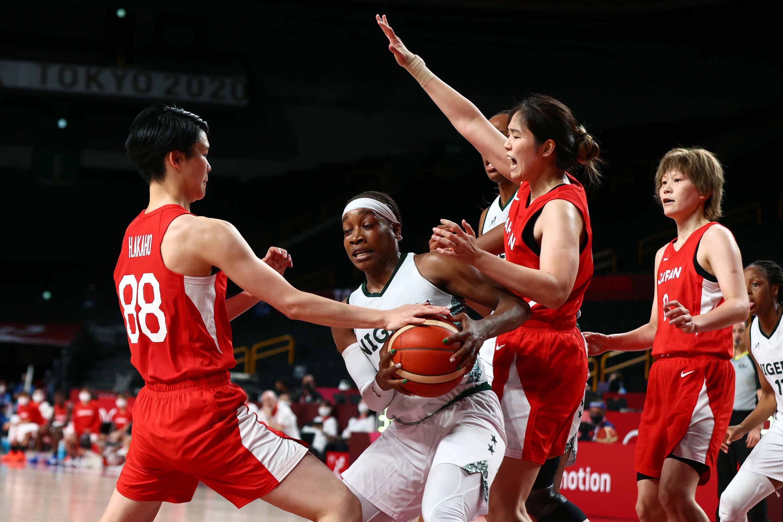 La meneuse de jeu nigériane Ezinne Kalu, prise en tenaille par la défense japonaie, aux Jeux olympiques de Tokyo 2021.