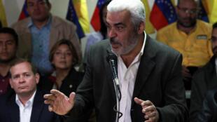 Angel Oropeza, membre de la coalition de l'opposition vénézuélienne (MUD), s'entretient avec les médias lors d'une conférence de presse à Caracas, au Venezuela, le 21 février 2018.