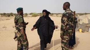 Dans le village de Tashek, au nord du Mali, une patrouille de militaires discute avec un touareg.