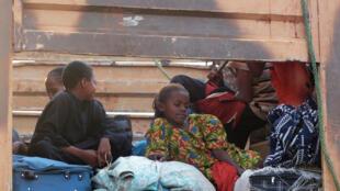 Des déplacés musulmans fuyant les anti-balaka attendent à l'aéroport de Bangui d'être envoyés au Tchad.
