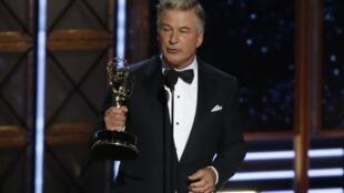 Ao receber Emmy de melhor ator coadjuvante, Alec Baldwin alfinetou o presidente americano, Donald Trump.