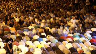巴勒斯坦人连日来夜夜在耶路撒冷清真寺广场入口处外面祈祷