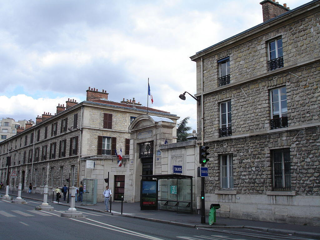 Entrée rue de Sèvre de l'hôpital Necker-Enfants malades, à Paris