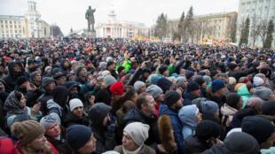 Тысячи человек вышли на стихийный митинг в Кемерове