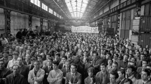 Les ouvriers de Citroën écoutent un membre de la CGT, le 24 mai 1968 à Paris.