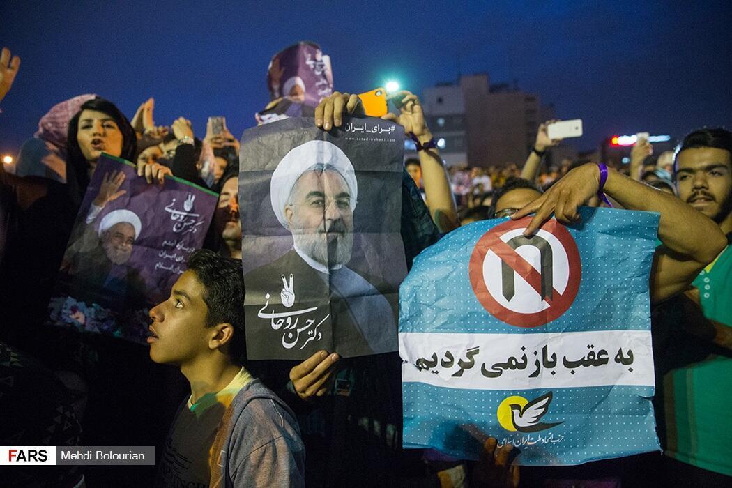 شادی هواداران حسن روحانی در پارک دانشجو در تهران، پس از اعلام پیروزی وی در انتخابات ریاست جمهوری ١٣٩۶