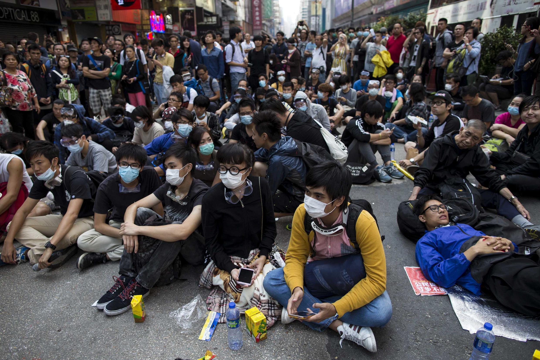 Sinh viên biểu tình đòi dân chủ phong tỏa một con đường tại khu Mongkok, Hồng Kông, ngày 17/10/2014.