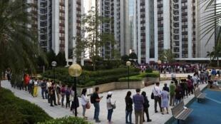 صف یکی از حوزههای رای گیری برای انتخابات شوراهای محلی هنگ کنگ